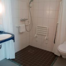 Bath room – wheelchair accessible Hotel of Integration Berlin Karlshorst